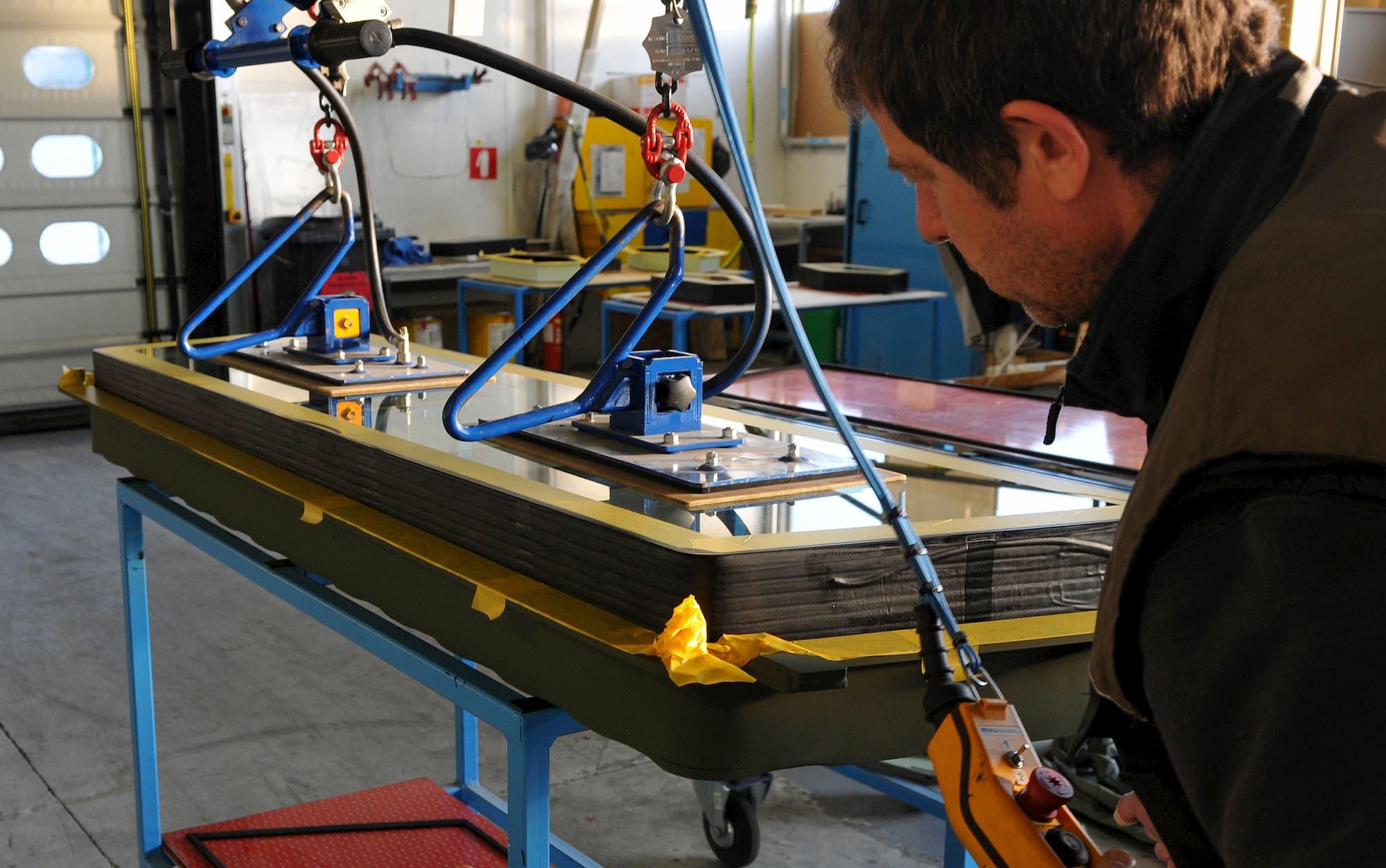 pose verre blindé dans chassis mécanosoudé pour la défense - JOGAM SET